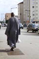 homme noir costume traditionnel africain ville exclusion racisme