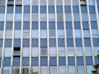 Façade géométrique, bureaux, Paris