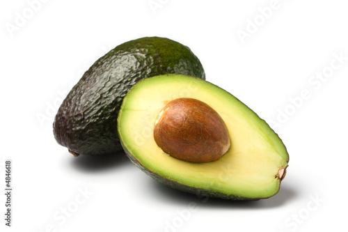 ganze und halbe avocado isoliert auf weiss - 4846618