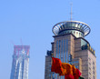 Drapeaux rouges et orange et sommets de gratte ciel, Chine
