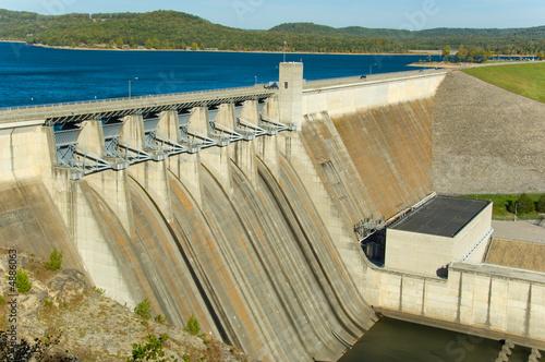 Tama energetyczna nad jeziorem