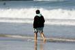 femme qui marche au bord de l'eau