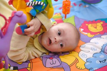 bébé joue tapis éveil