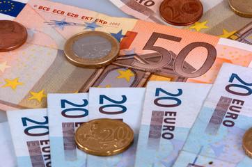 Euro-Banknoten und Muenzen