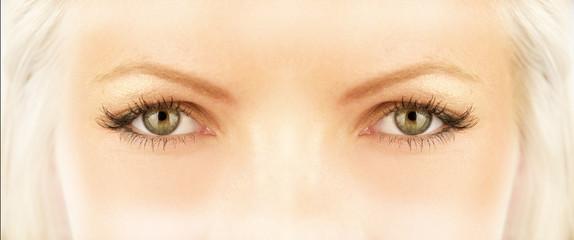 regard de fée ou de sorcière blanche