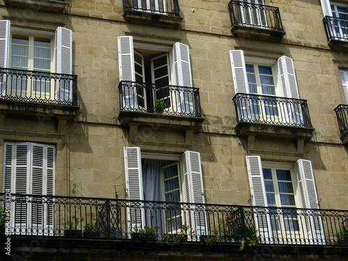 balkon fensterl den stockfotos und lizenzfreie bilder auf bild 5083224. Black Bedroom Furniture Sets. Home Design Ideas