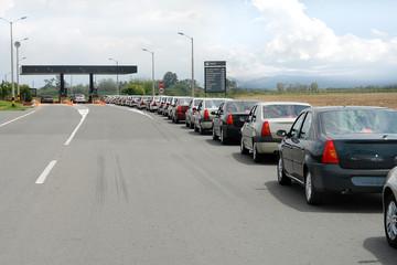 Fila de carros esperando el peaje