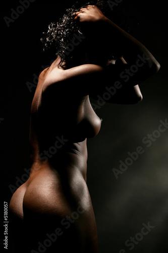 Femme noire nue de profile.
