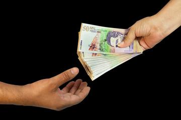 Manos rebiendo dinero billetes