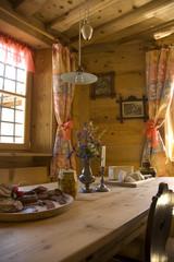Gedeckter Tisch in Bauernstube