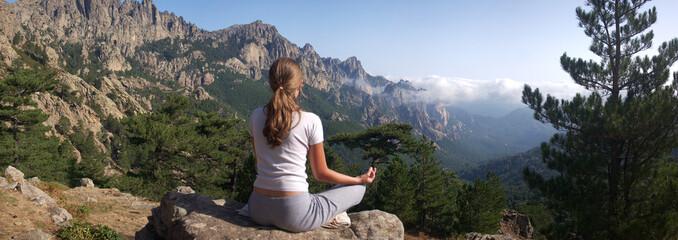 femme faisant du yoga à la montagne