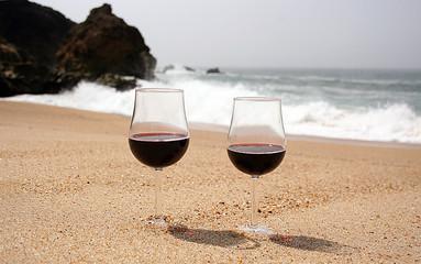 Copos de vinho na praia