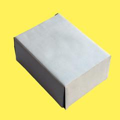 carton sur fond jaune