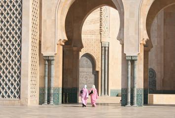 deux femmes musulmanes à la mosqué hassan II de Casablanca