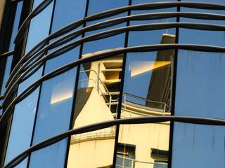 Façade moderne, reflets d'immeubles