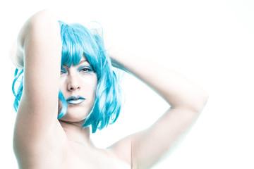 Oberkörper von Frau mit blauen Haaren
