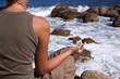 femme faisant du yoga à la mer