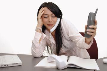 Mujer contestando varios telefonos 2