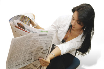 Mujer latina sexy leyendo el periodico 2