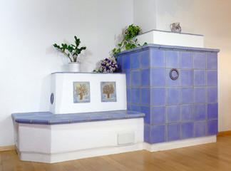 Kachelofen blau, aus handgefertigten Kacheln