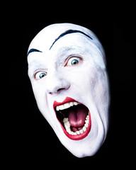 Lachendes Gesicht von weissem Clown mit Glatze und roten Lippen