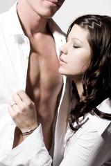 Frau riecht an Brust von Mann