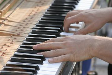 Mains du pianiste de bar