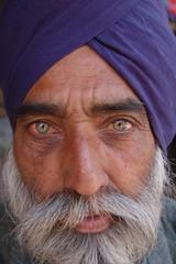 uomo con barba e occhi verdi