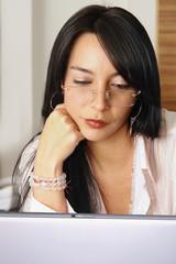 Mujer profesional leyendo en laptop