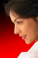 mujer latina hermosa de perfil sobre fondo rojo