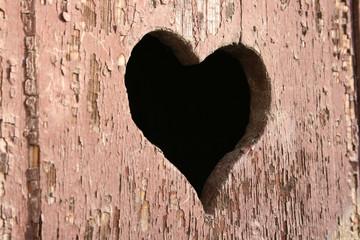 Ein Herz in Holztür