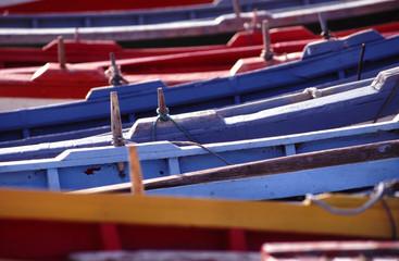 alignement des barques de couleur