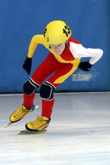 enfant patineur de vitesse sur glace