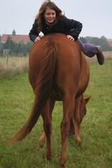 Teenager Svea mit ihrem Pferd