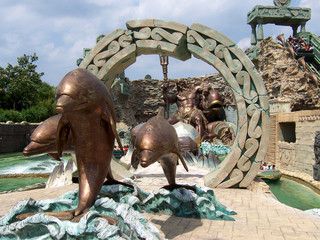scultura delfini,gardaland