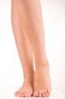 Schöne Beine und Füße junger Frau isoliert auf weiss
