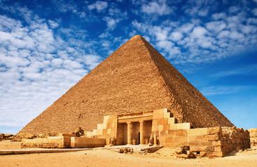 Starożytne egipskie piramidy przeciw błękitne niebo
