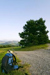 sac à dos et paysage de campagne marche randonnée en nature
