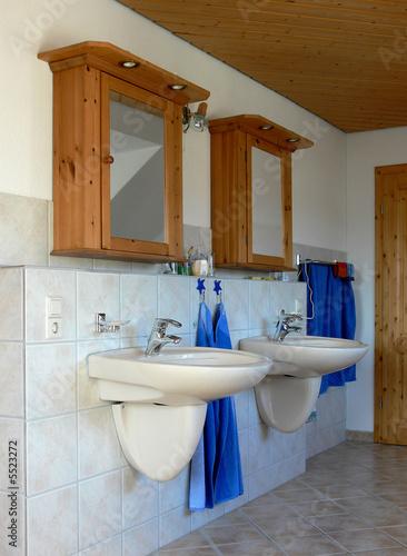 Badezimmer mit zwei waschbecken und spiegelschrank stockfotos und lizenzfreie bilder auf - Badezimmer zwei waschbecken ...