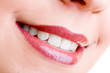 Wundervolles Lächeln junger Frau mit Grübchen