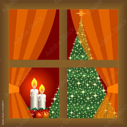 arbol de navidad, velas y adornos tras la ventana
