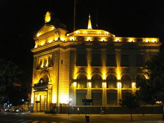 edificio publico iluminado en tucuman argentina