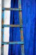 scala con porta blu