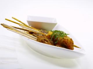 malaysische curry rind, hühnchen und shrimp satays