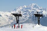 skieurs arrivé de remonte pente poster