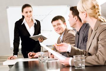 portret ludzi biznesu omawianie nowej strategii