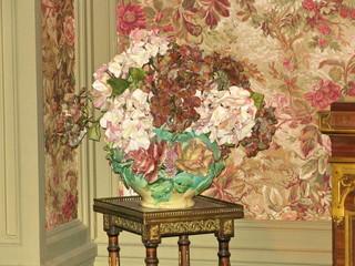 Vase de fleur devant tapisserie fleurie, Villa lyonnaise