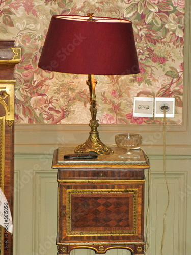 lampe de chevet sur table de nuit de bruno bernier photo libre de droits 5615856 sur. Black Bedroom Furniture Sets. Home Design Ideas