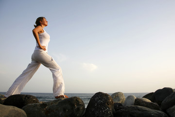 Mujer practicando Yoga al amanecer