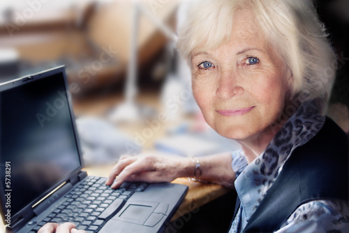 Seniorin am Laptop